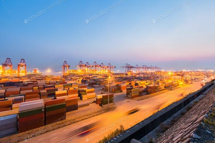 Shanghai Containerterminal in Einbruch der Dunkelheit