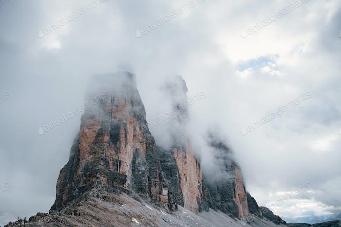Berge im Nebel und Wolken. Tre Cime di Lavaredo