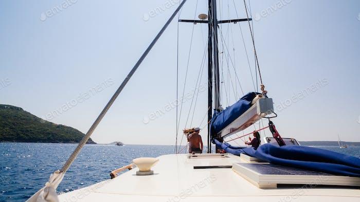 Yacht im Meer mit schöner Aussicht