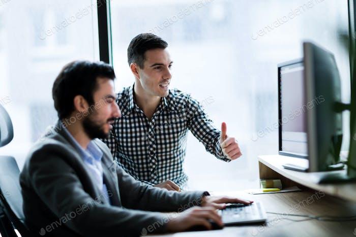 Junge Unternehmer arbeiten am Computer im Büro