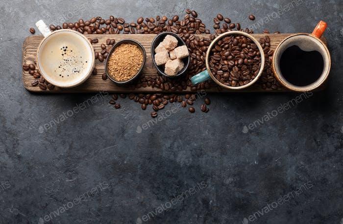 Kaffeetassen, Zucker und geröstete Bohnen