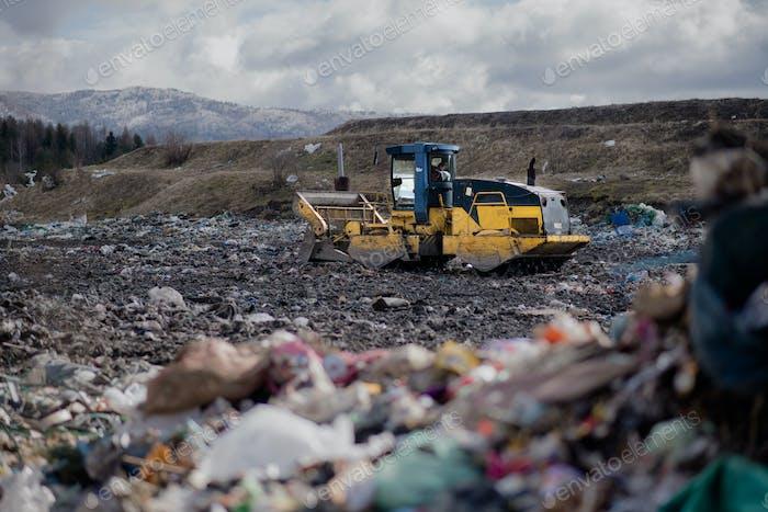 Müllwagen Entladen von Abfällen auf Deponie, Umweltkonzept