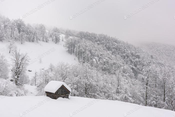 Minimalistische Winterlandschaft mit Holzhaus