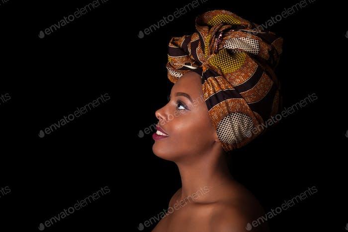 Junge schöne afrikanische Frau trägt ein traditionelles Kopftuch, ich
