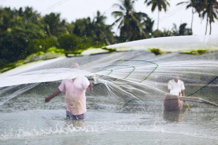 Fischer mit Fischernetz