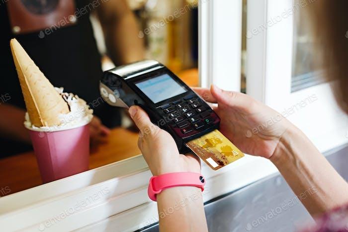 Person, die Rechnung im Café bezahlt