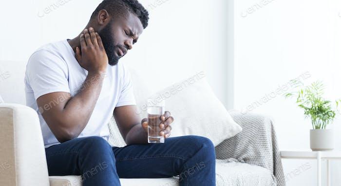 Kranke schwarze Kerl leiden unter Halsschmerzen zu Hause