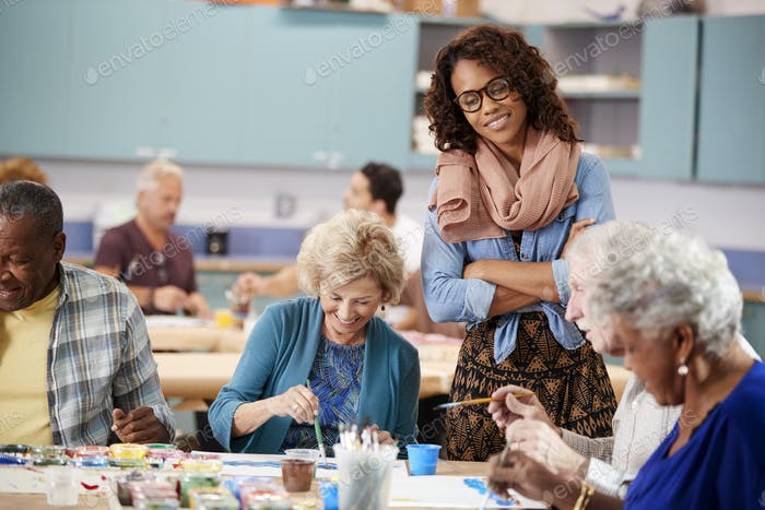Gruppe von Rentner Senioren besuchen Kunstklasse im Community zentrum mit Lehrer
