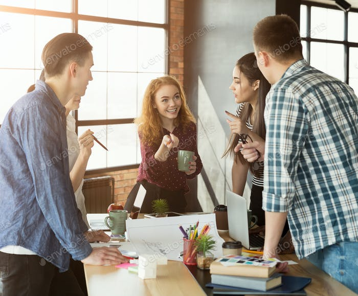 Gruppe junger Kolleginnen und Kollegen Brainstorming im Büro