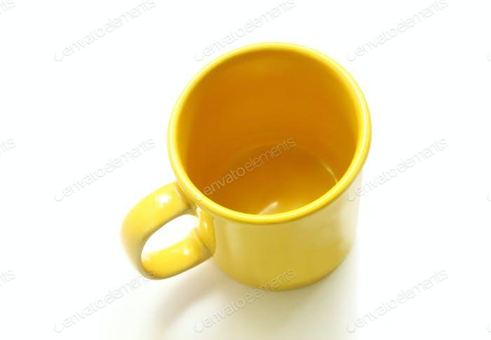 Gelber Becher auf weißem Hintergrund