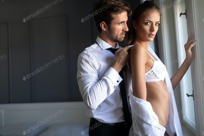 Attraktive sexy Frau mit ihrem hübschen Partner in Schlafzimmer