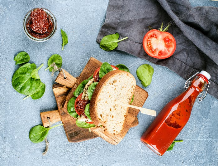 Chicken, sun-dried tomato and spinach sandwich with spicy sauce