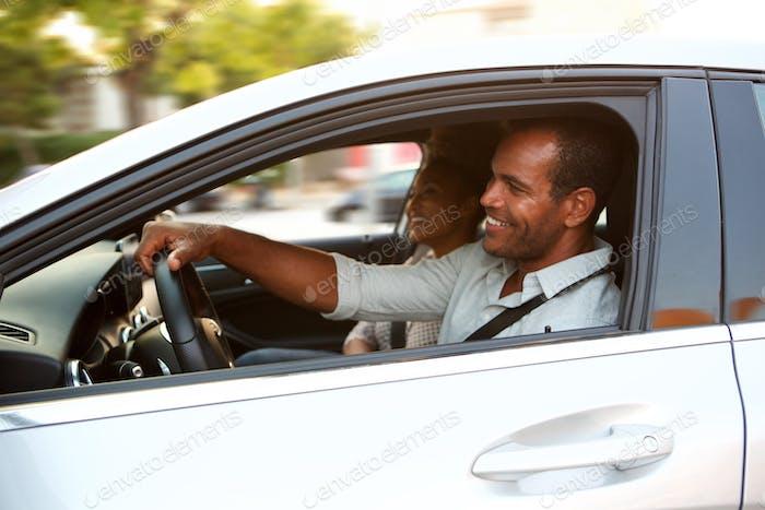 glückliches Paar auf Roadtrip im Auto