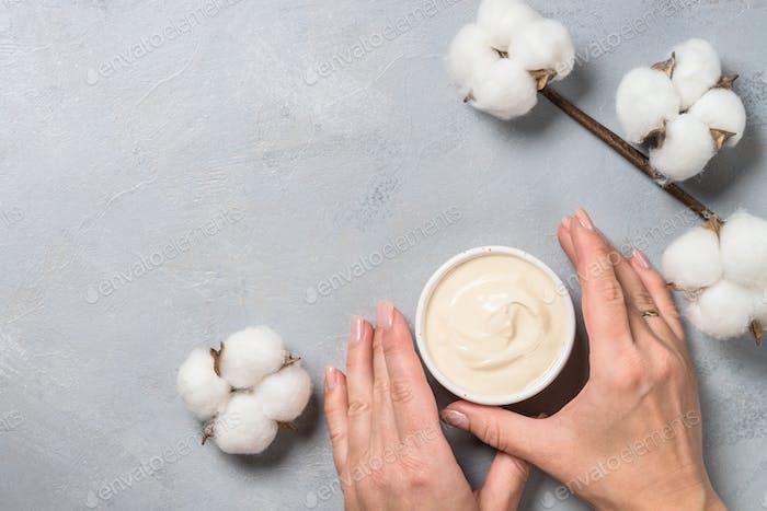 Tonmaske und Baumwollblumen, Hautpflegeprodukt