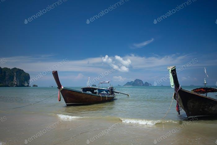 Ao Nang Beach mit traditionellen Longtail Booten, Krabi, Thailand.