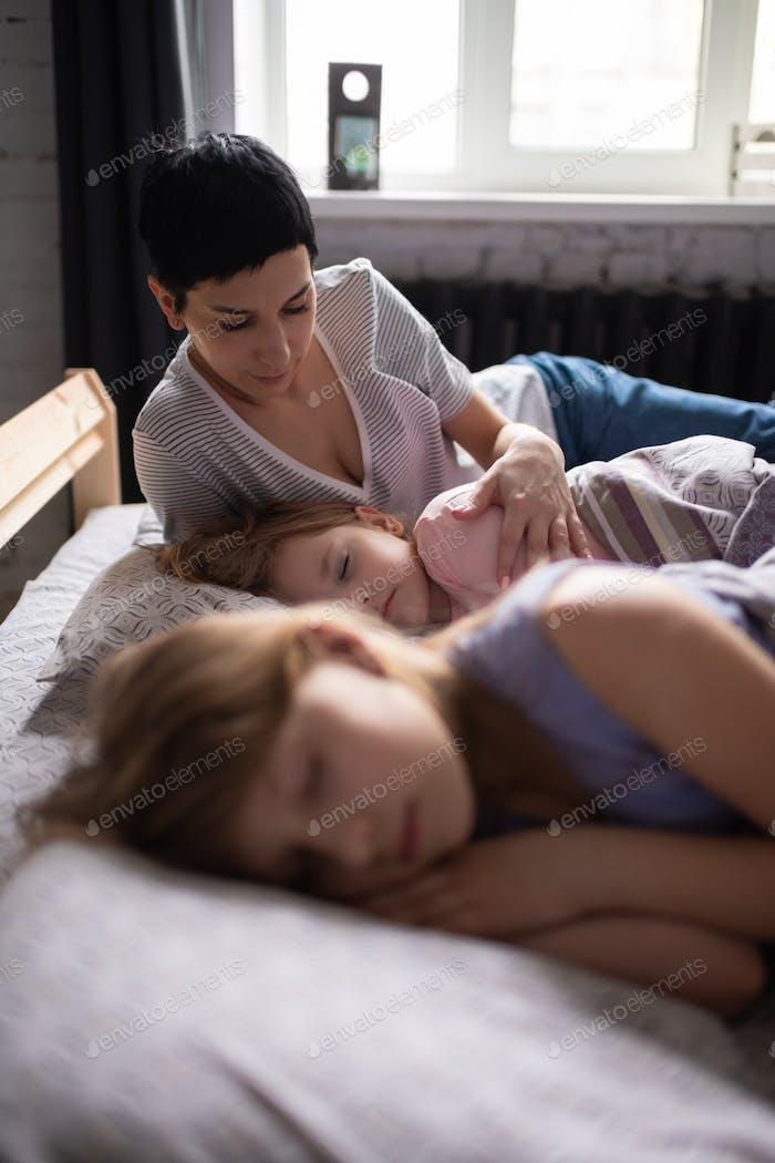 Erwachsene Frau aufwachen Töchter zu Hause