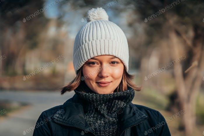 Emotions-Foto. Niedlich weiß emotional kaukasischen Mädchen in die park