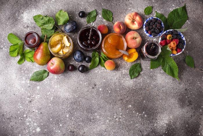 Sortiment von verschiedenen Marmeladen in Gläsern