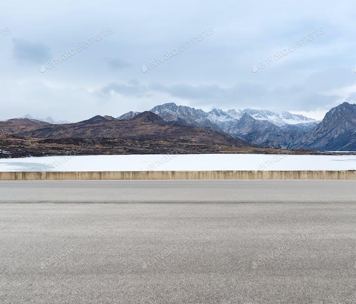 empty road in tibetan plateau