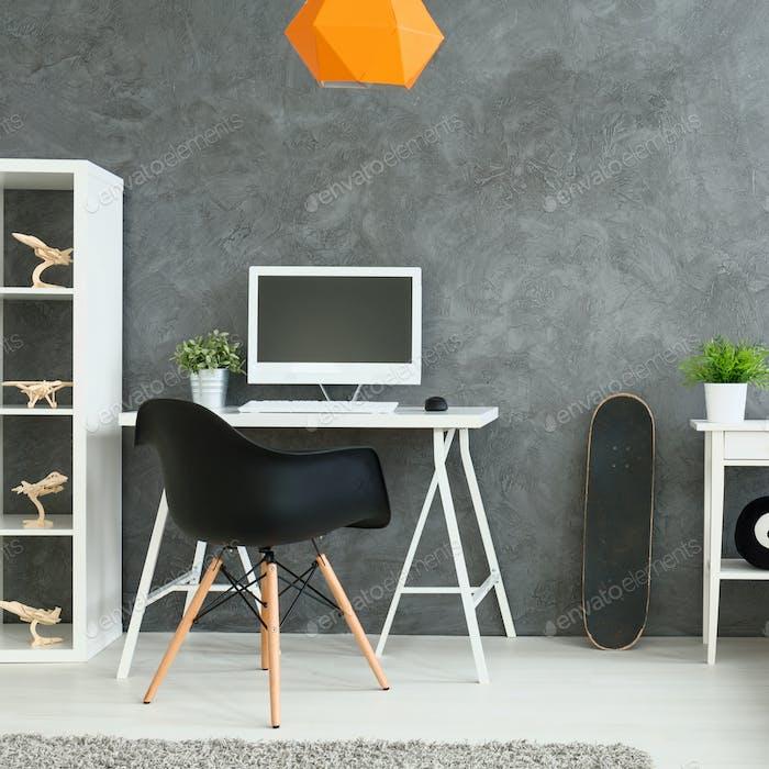 Schreibtisch in einer modernen Wohnung