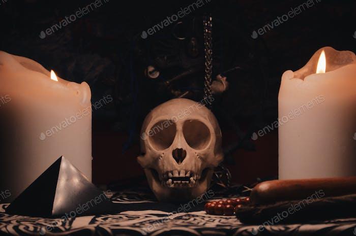 Altar mit Totenkopf, Statue und Kerzen