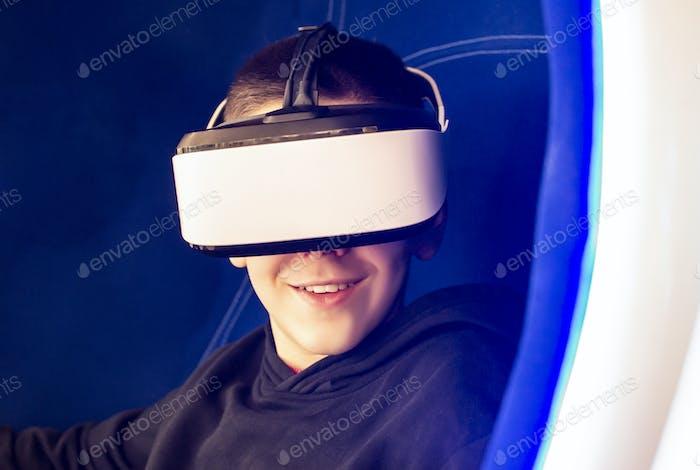 Kind Spiel mit VR-Brille. Technologie, Unterhaltung und