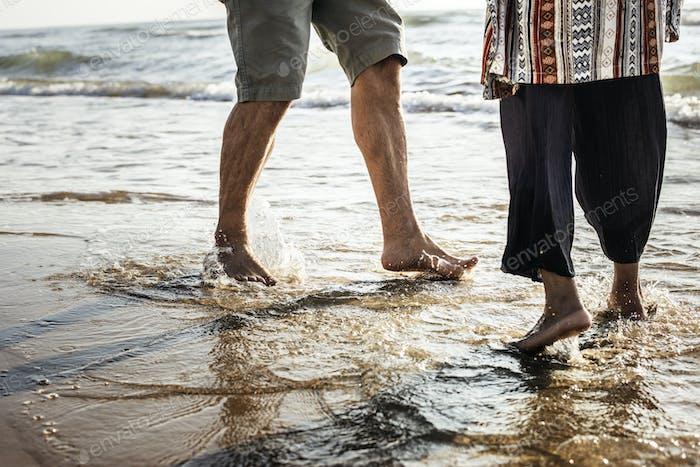 Senioren genießen einen tropischen Strand