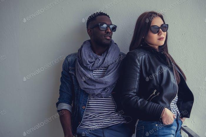 Портрет афроамериканского парня с кавказской самкой.