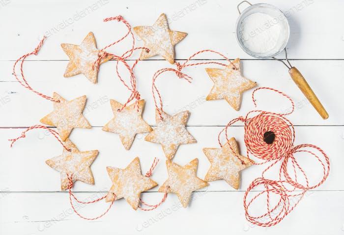 Weihnachts-Lebkuchen hausgemachte sternförmige Kekse mit Zuckerpulver
