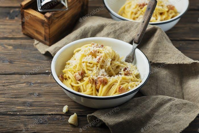 Traditional italia spaghetti carbonara