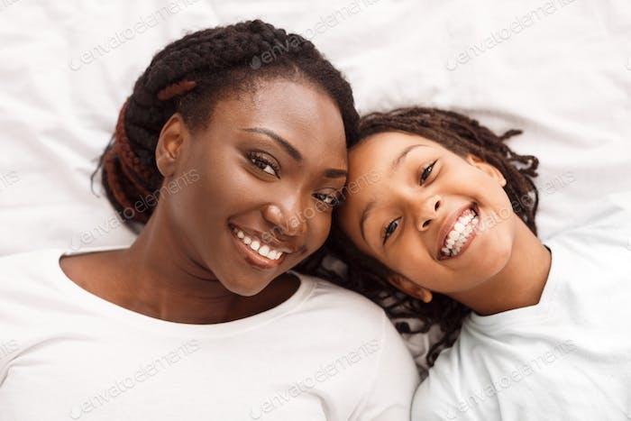 Afro Familie mit guter Zeit über Sicht