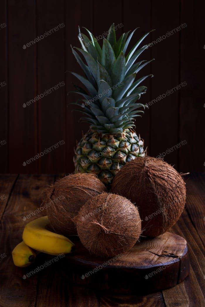 Ananas, banane et noix de coco