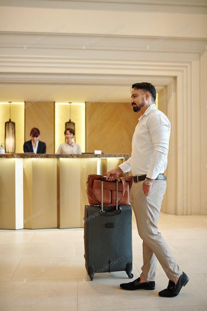 Элегантный человек в лобби отеля