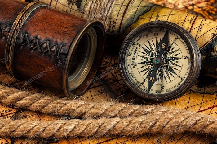 Alte Vintage Kompass und Navigationsinstrumente auf alter Karte
