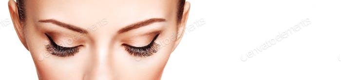 Женский глаз с длинными накладными ресницами