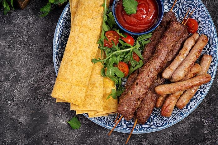 Kebab Adana, Lamm und Rindfleisch auf Lavashbrot mit Tomatensauce.
