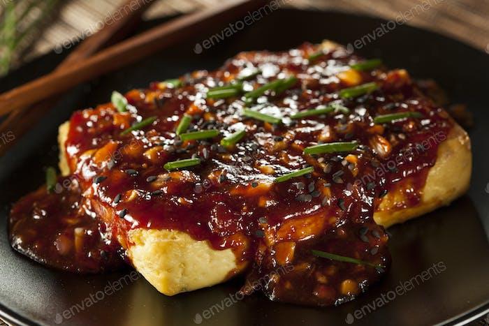 Gesunder Bio gegrillter Tofu mit würziger Knoblauchsauce