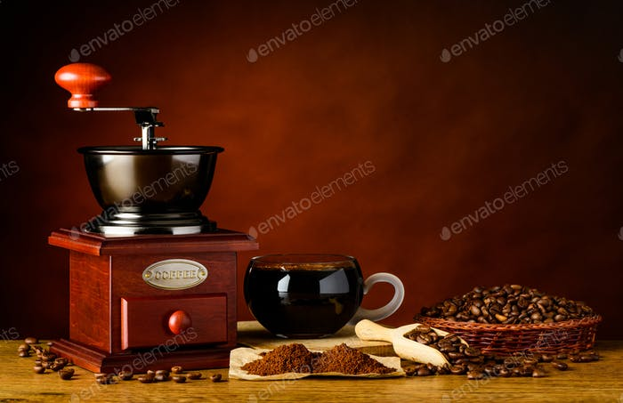 Taza de café con ingredientes y molinillo