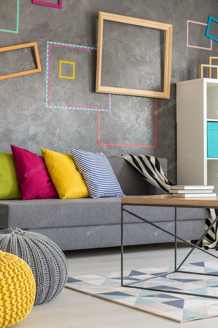 Sala de estar con marcos de colores