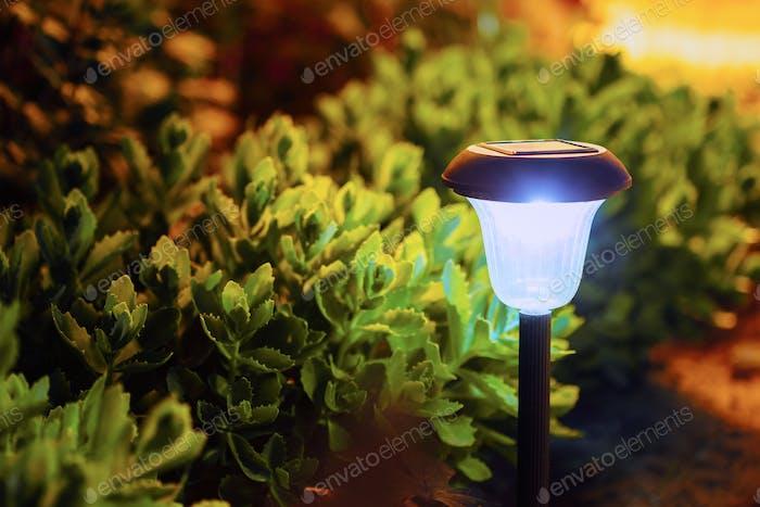 Kleine Gartenleuchte, Laternen im Blumenbeet. Dekorative Solar-Pow