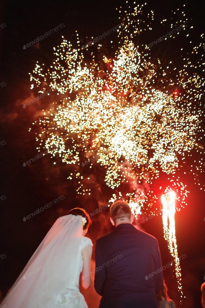 Hochzeitspaar und Feuerwerk