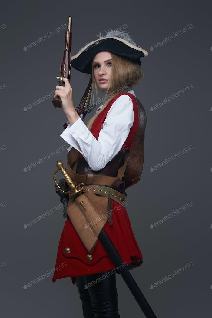 Seitenansicht Studioaufnahme einer Piratin mit Pistole