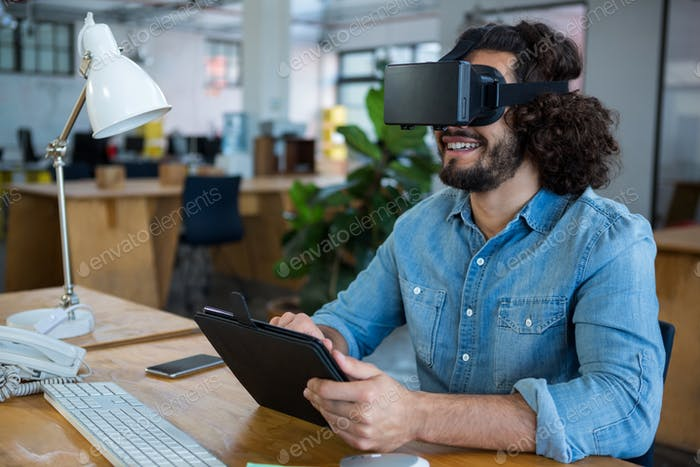 Grafikdesigner mit dem Virtual Reality Headset und digitalem Tablet