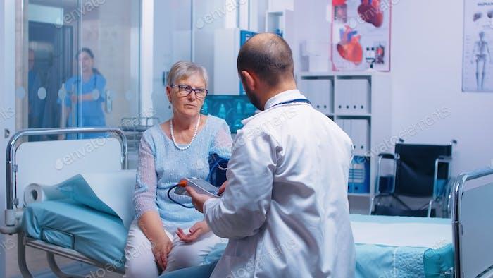 Arzt zur Messung des Blutdrucks