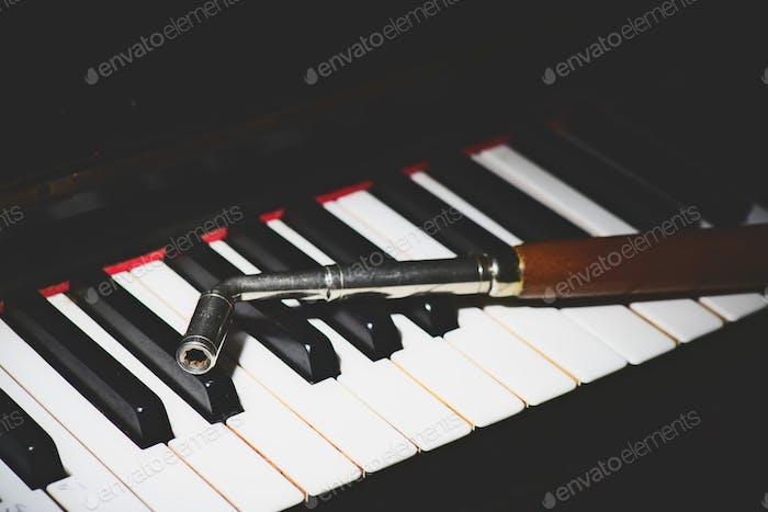 Klaviertastatur mit einem Stimmgerät
