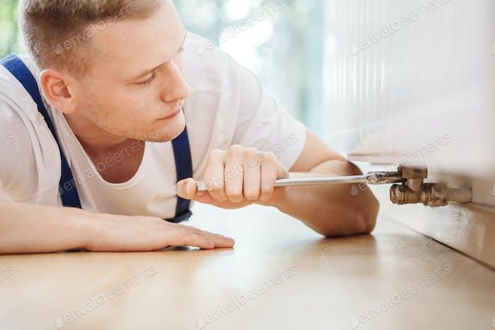 Técnico especialista en reparación de averías del radiador