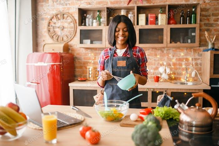 Schwarze Frau in Schürze Kochen gesundes Frühstück