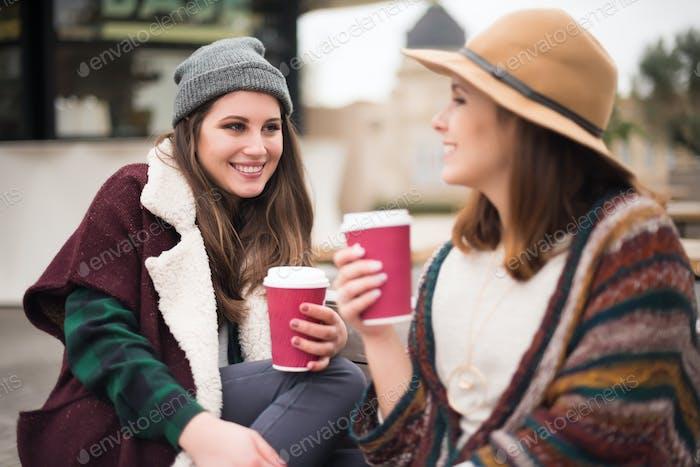 Freunde mit heißem Getränk