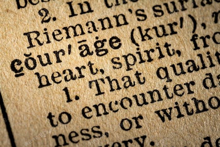 Nahaufnahme des Wortes Courage und seiner Definition