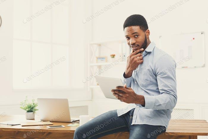 Business-Frau arbeitet auf digitalen Tablet